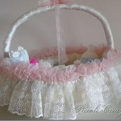 Blog di creatività femminile: cucito creativo, bambole, bomboniere, fiocchi nascita, decoupage, biedermeire, papier machè Wedding Gift Baskets, Wedding Gifts, Baby Staff, Trousseau Packing, Flower Girl Basket, Basket Decoration, Shabby Vintage, Ribbon Embroidery, Easter Baskets