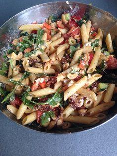 Rode pesto, geitenkaas pasta salade. Jammie http://www.koudepastasalade.info/recepten/koude-pastasalade-met-geitenkaas/