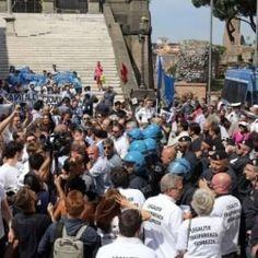 Roma aziende chiuse o in fuga: il mondo del lavoro in piazza contro Raggi #lavoratori #salari #tasse #roma #stipendo #INPS