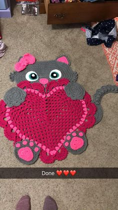 Crochet Sassy the Kitty Cat rug. Heart can be customized to any color (Specify in order). With or without bow. Great for a baby shower or birthday! Made from Acrylic yarn. Crochet Mat, Crochet Cat Pattern, Crochet Headband Pattern, Crochet Doily Patterns, Crochet Designs, Diy Crafts Rugs, Cat Rug, Crochet Phone Cases, Crochet Sunflower