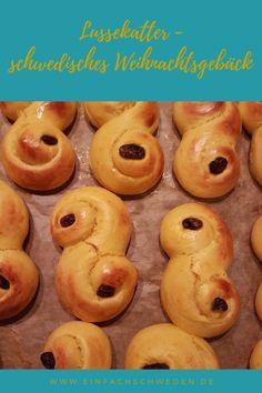 In Schweden sind Lussekatter ein Muss zu Lucia und im Dezember. Für  Schweden-Fans auf der ganzen Welt auch. Deswegen verrate ich ein Rezept für das leckere Hefesafrangebäck, welches Du einfach nachbacken kannst.   #einfachschweden #lucia #lussekatter Fika, Doughnut, Celebrations, Desserts, Swedish Christmas, Nordic Kitchen, Swedish Recipes, Coffee Break, December