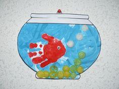 Aquarium et son petit poisson en empreinte de main
