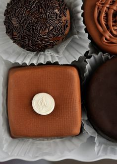 I like the monogram on top- cool idea to personlise cakes. Wonder how they did it??