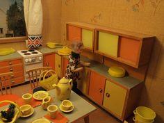 Drei-Raum-Puppenstube Küche  Het ladekastje met de oranje laden heb ik nog.
