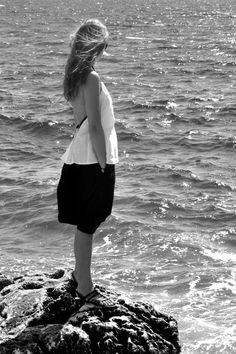 """le mardi 19 mai 2015 :Clé porte :- une blouse""""tablier"""" en lin blanc : LE VESTIAIRE DE JEANNE- un sarouel-jupe en lin noir : LE VESTIAIRE DE JEANNE- chaussures : K Jacques pour Golden Goose"""