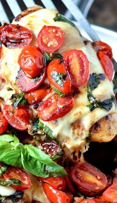 Caprese Chicken: chicken breasts are topped with garlic cherry tomatoes, mozzarella, basil and balsamic vinegar to create this one pan, 30 minute dinner. I am in major big time whoa love with this Caprese Chicken. I Love Food, Good Food, Yummy Food, Tasty, Great Recipes, Dinner Recipes, Caprese Chicken, Gula, Cooking Recipes