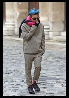 GD smoking Paris. (I agree that he can make his own choices, but I wish he would consider the effect this has on him as a singer and dancer.)