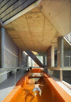 Piscina é o centro de lar espanhol.