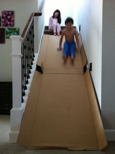 Cardboard stair slide Why didn't we ever think of that? or just do it simply by sitting on a cardboard box and slide down on top of the stairs.- Less cardboard. Projects For Kids, Diy For Kids, Cool Kids, Crafts For Kids, Diy Projects, Kids Fun, Forts For Kids, Stair Slide, Diy Slides