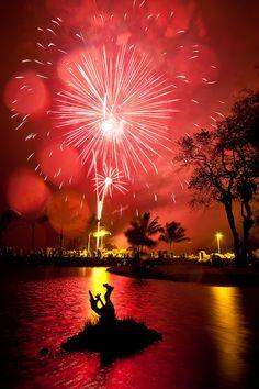 4th of July in Hilo, Hawai`i (photograph by D. Hahn) me encanta....un ambiente muy tropical crean esos fuegos artificiales