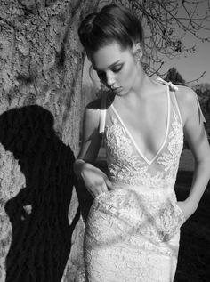 Robe de mariée décolleté profond en V et dentelle - Inbal Dror collection 2013 - en exclusivité chez Metal Flaque - La Fiancée du Panda Blog Mariage & Lifestyle