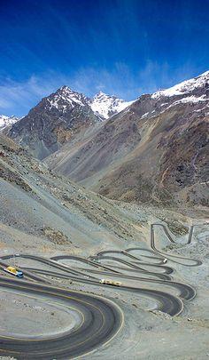 Camino bajando de la cordillera a Santiago. Winding road from the mountains to Santiago. Chile