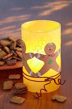 Niedliche Lebkuchenmänner tanzen um dieses Windlicht-Glas, basteln Sie es ganz einfach nach. Hier gibt es die kostenlose Anleitung, wie Sie das Glas-Windlicht basteln.  © Christophorus Verlag