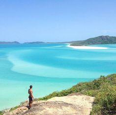 Whitehaven Beach é um trecho de 7 km ao longo Whitsunday Island na Austrália.  A ilha é acessível de barco a partir dos portos de Airlie Beach e Shute Harbour assim como de Hamilton Island. O nosso colunista @thiagomlcorrea tirou essa foto incrível para mostrar como é lindo esse paraíso de areia bem branquinha e mar azul e cristalino. Que demais!! Não vejo a hora de voltar nesse lugar  Quem quer vir com a gente? #blogmochilando #Austrália #whitehavenbeach #dicasdeviagem
