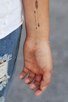 petit tatouage sur l'avant-bras pour homme ou femme: flèches indiennes