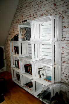 Old wooden boxes have a new life as a bookstand... I like it :)