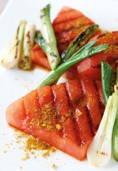Mal was Anderes: Statt Bratwurst kommen heute mal Wassermelone und Frühlingszwiebeln auf den Grill. Das ist ein echt exotisches Highlight!