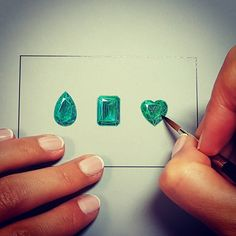 Emeralds: the most difficult is to find the perfect balance between precision and life. #emerald #emeraude #placevendome #gouache #gouachepainting #jewellery #joaillerie #art #drawing #painting #peinture #gems #pierreprecieuse #jewellerydesign #paris #metiersdart #savoirfaire #ilovemyjob #green #dessin #jewels #passion #JewelryGoalz #emeraldsdiamonds