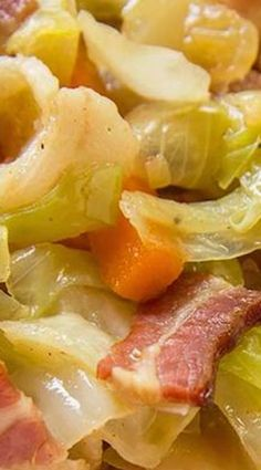 Fried Cabbage with Bacon, Onion & Garlic _ A Southern Classic! Yes, this recipe calls for bacon & bacon grease which is part of what makes it a truly Southern dish in my opinion! Wrap Recipes, Side Dish Recipes, Vegetable Recipes, Bacon Fried Cabbage, Cooked Cabbage, Cooking Recipes, Healthy Recipes, Cooking Tips, Vegetarian Recipes