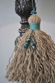 homemade tassels are a wonderful way to add an extra special touch to a gift wrapped around the neck of wine bottle or bag of coffee beans. I generally make them from jute twine or cotton string. The rustic look of jute twine appeals to my love of con Wood Bead Garland, Beaded Garland, How To Make Tassels, Making Tassels, Arts And Crafts, Diy Crafts, Diy Tassel, Passementerie, Jute Twine