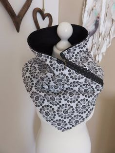 Made from white cotton fabric with black / gray flowers, black fleece sewn . Made of white cotton fabric with black / gray flowers, fleece in black sewn triangular scarf, lace zipper on the side M Sewing Scarves, Sewing Clothes, Diy Clothes, Diy Mode, Collars For Women, Creation Couture, Neck Scarves, Wool Scarf, Neck Warmer