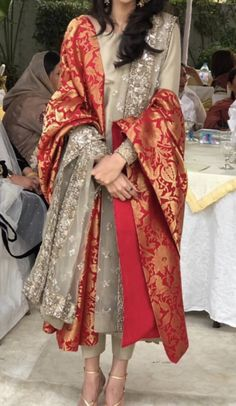 Post wedding/ dawat outfit Inspo - Suit with heavy dupatta for wedding Source by - Pakistani Fashion Party Wear, Pakistani Formal Dresses, Shadi Dresses, Pakistani Wedding Outfits, Pakistani Couture, Pakistani Dress Design, Pakistani Clothing, Wedding Hijab, Wedding Dresses