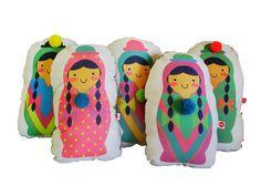 Almohadones Coyitas Kiut con aguayo en la parte posterior y pompones de lana de colores.