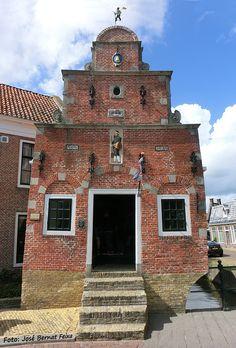 Franeker - Korendragershuisje of Zakkendragershuisje. Great Places, Beautiful Places, Visit Holland, Dutch Language, I Amsterdam, City Landscape, Abandoned Houses, Beach Trip, Netherlands