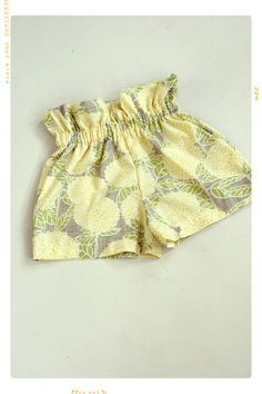 Sun Flare Ruffle Top Girls Shorts in Sun Lemon por FleurandDot