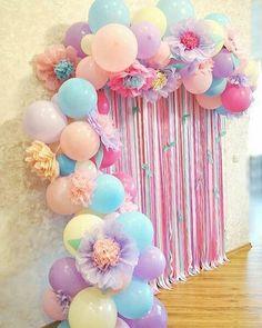 Via @piradaemfesta Simplesmente apaixonada por balões e flores!! Genteeee, olhem isso!?Combinação perfeita, não é? E essa paleta de cores?? Imagem do #pinterest . #inspiresuafesta #floresdepapel #flordepapel #baloes #arteembaloes #baloesdesconstruidos #piradaemfesta