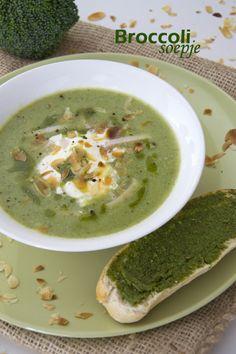 Vandaag heb ik een weer een lekker makkeljik simple sunday recept voor je. Gewoon, omdat je op zondag soms iets lekker makkelijks wilt eten. En wat is er op zondag lekkerder dan soep met een broodje? In dit geval een broccolisoepje. Het is ontzettend makkelijk om zelf broccolisoep te maken, binnen 20 minuten staat dit op tafel.... LEES MEER... Soup Recipes, Dinner Recipes, Cooking Recipes, Dessert Recipes, Football Food, Super Healthy Recipes, Soup And Salad, I Foods, Soups And Stews