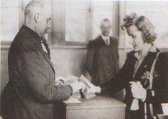 Premiére femme à voter en France le 20 avril 1945 pour les élections municipales sous la présidence du général De Gaulle.