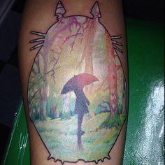 Quand on aime vraiment le Studio Ghibli, on se fait des tatouages des films de Miyazaki. D'un petit Totoro sur la main à une fresque entière tatouée sur le dos, l'imagination n'a …