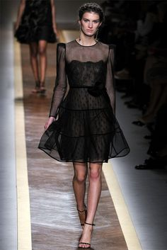 Valentino Spring 2012 Ready-to-Wear Fashion Show Collection: See the complete Valentino Spring 2012 Ready-to-Wear collection. Look 20 Runway Fashion, Fashion Show, Womens Fashion, Fashion Design, Paris Fashion, Fashion Art, Looks Chic, Mode Inspiration, Pretty Dresses