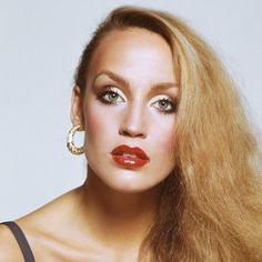 Gold Lids A former Studio 54 regular, Jerry Hall knows a thing or two about standing out in a crowd. Take a cue from this patron saint of party girls everywhere and layer your lids with shades of gold and bronze.