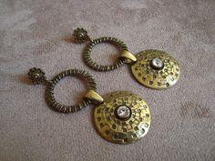 Brinco em metal ouro velho com aplicação de strass Swarovski branco. R$27,00