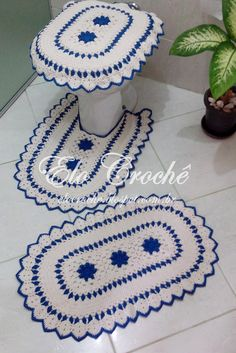 JOGO DE BANHEIRO DE CROCHÊ AZUL Crochet Stitches Patterns, Crochet Designs, Crochet Home, Crochet Yarn, Filet Crochet, Crochet Doilies, Bathroom Rug Sets, Heart Patterns, Crochet Projects