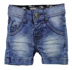 Jongens jeans short van het kinderkleding merk Dirkje babywear. Zeer stoere jongens jeans short, voorzien van een rits met knoop sluiting. Deze short is verstelbaar in de taille.  Foto kan afwijken naargelang de wassing.