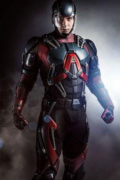 Foi divulgada a primeira foto do cientista Ray Palmer (Brandon Routh, de Superman - O Retorno) com a armadura de Eléktron (Atom, no original), como será visto no episódio 15 da terceira temporada d...