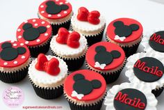 The highlight of our trip to Disneyland to celebrate my cousin's little girls first birthday was having Minnie Mouse come by and take photos with the cupcakes – got 2 thumbs up and a big nod and hug from Minnie…she loved them! Topper are made out...