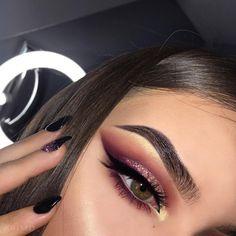 "23.1 mil curtidas, 81 comentários - Kristen Davis (@krimd_) no Instagram: ""Eyeshadows: @morphebrushes 39A & 35B palette. Glitter: @shopvioletvoss Millennial Pink. Liner:…"""
