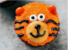 12 Animal Cupcakes That Are Too Cute To Eat! - World's largest collection of cat memes and other animals Jungle Theme Cupcakes, Animal Cupcakes, Themed Cupcakes, Diamond Wedding Cakes, Spring Treats, Cat Vs Dog, Welcome To The Jungle, Cupcake Cakes, Cup Cakes