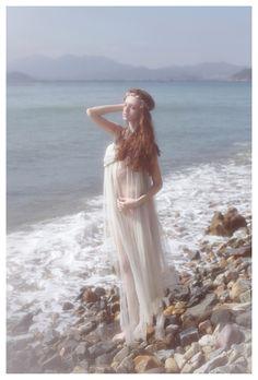 """""""Quisiera esta tarde divina de octubre Pasear por la orilla lejana del mar;  Que la arena de oro, y las aguas verdes, Y los cielos puros me vieran pasar.  Ser alta, soberbia, perfecta, quisiera, Como una romana, para concordar..."""" Alfonsina Storni"""