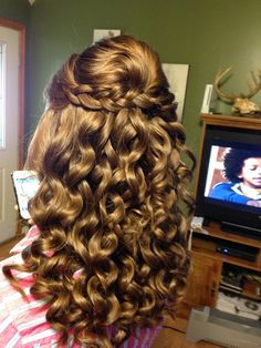 homecoming hairstyles for brown hair - Hair Tutorials Curly Homecoming Hairstyles, Curly Prom Hair, Pageant Hair, Dance Hairstyles, Cool Hairstyles, Wavy Hair, Simple Curled Hairstyles, Down Curly Hairstyles, Grad Hairstyles