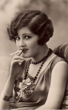 """Zelda Sayre Fitzgerald - American novelist and wife of writer F. Scott Fitzgerald, an icon of the - dubbed by her husband """"the first American Flapper."""" (This isn't Zelda it's a random flapper or an actress that portrayed her in a film). Vintage Glamour, Vintage Beauty, Vintage Ladies, Style Année 20, 1920s Hair, Gatsby Hair, Photo Vintage, Tilda Swinton, 20s Fashion"""