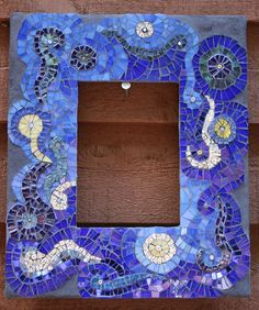 mosaic picture frame | Mosaic Frames class | Flickr - Photo Sharing! Mosaic Diy, Mosaic Crafts, Mosaic Ideas, Mosaic Mirrors, Mosaic Glass, Stained Glass, Beach Mirror, Craft Stalls, Mosaic Pictures