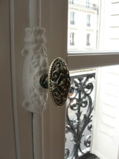awesome door knob... wouldn't it be nice to change out all our builder grade doorknobs for antique ones....dreamy...