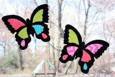 Create a faux stained glass butterfly suncatcher using a black butterfly template with holes but out, and tissue paper to fill in the wings. Great for the garden to deter birds and as a kids craft project - easy simple diy craft ideas Butterfly Party, Glass Butterfly, Butterfly Crafts, Butterfly Mobile, Crafts To Do, Crafts For Kids, Children Crafts, Sun Catchers, Black Construction Paper