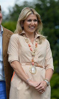 Queen Maxima of the Netherlands' best statement necklaces - HELLO! Princesa Carolina, Burnt Orange Dress, Simple Black Dress, Light Blue Dresses, Royal Engagement, Queen Maxima, Schmuck Design, Royal Fashion, Fashion Books
