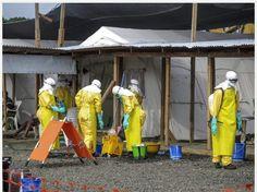 « Du personnel de santé devant des unités d'isolement au Liberia. Crédit photos : Frances Kennedy/PAM »